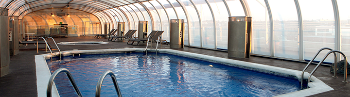 Swimming pool and jacuzzi at Hotel Amura in Alcobendas, near Madrid International Airport